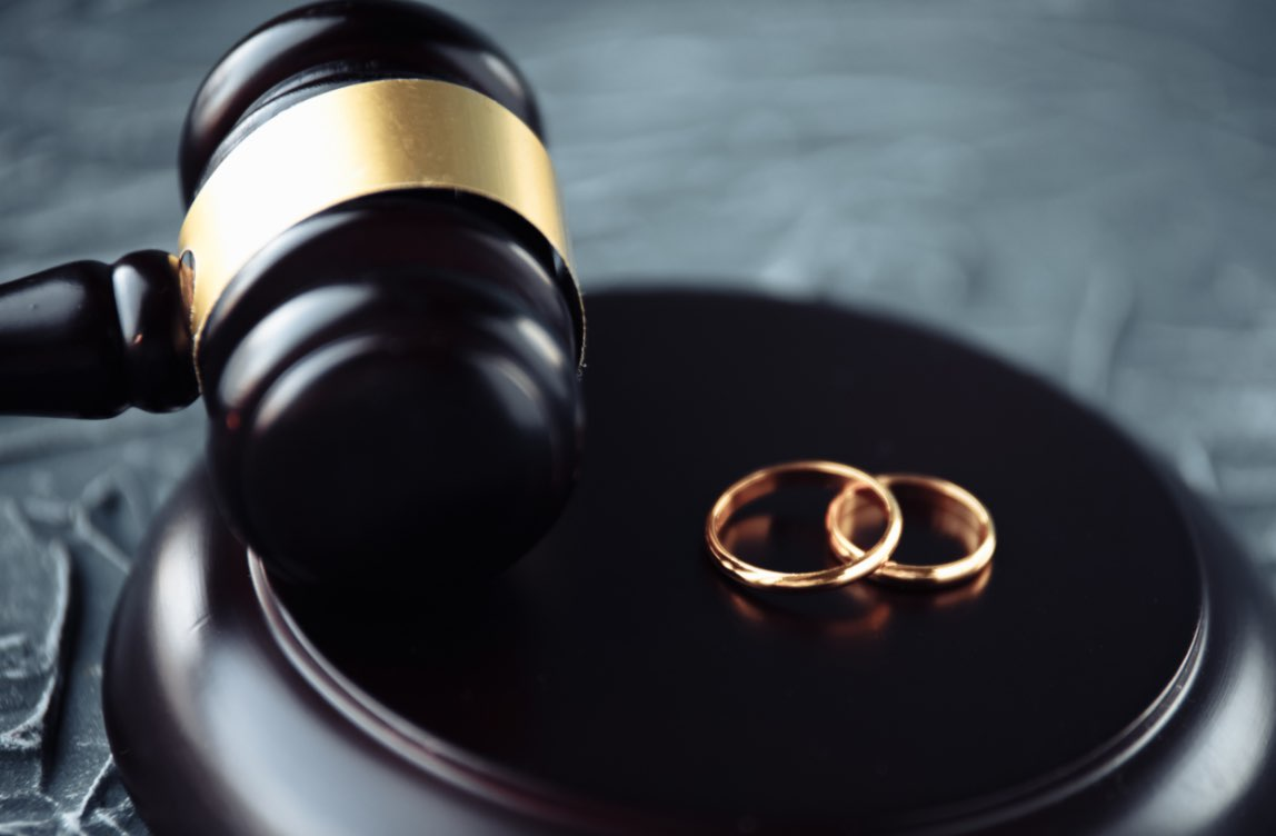 Wedding_rings_next_to_a_gavel